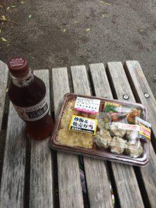 ローソンの炒飯&焼売弁当と烏龍茶の写真