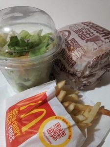 マクドナルドのハンバーガーとポテトSとサイドサラダの写真