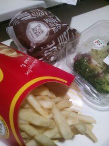 マクドナルドとセブンイレブンのサラダの組み合わせの写真