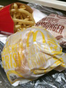 マクドナルドのポテトLとハンバーガーとチキンクリスプの写真