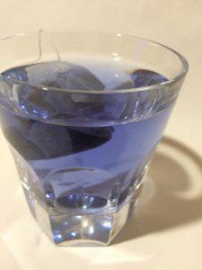 インスタ映えする青いお茶(バタフライピーティー)の写真