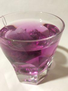 インスタ映えする青いお茶(バタフライピーティー)にクエン酸を加えてピンク色にした写真