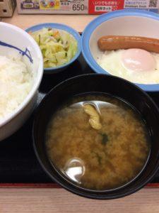 松屋で単品の組み合わせで錬成したソーセージエッグ定食(お新香バージョン)