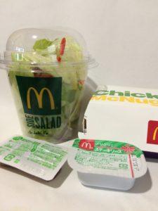 マクドナルドのサラダとチキンナゲット(ステーキソース)の写真