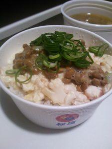 松屋の持ち帰りを利用して作った納豆豆腐ごはんの写真