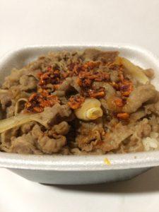 吉野家の牛丼に食べるラー油をトッピングした写真