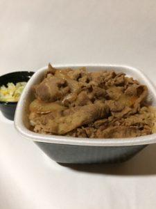 吉野家の牛丼大盛りとお新香(テイクアウト)の写真