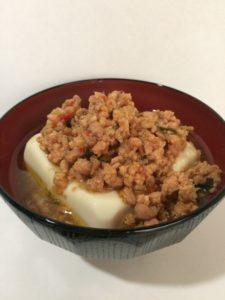 アレンジ豆腐(とりそぼろとバジル)の写真