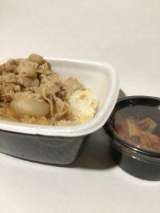 吉野家の豚丼とキムチ(持ち帰り)の写真