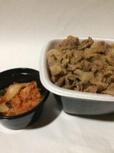 吉野家の牛丼とキムチ(持ち帰り)の写真
