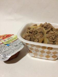 楽券で購入したすき家の牛丼並盛とセブンイレブンのキムチの写真