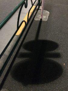 道路に落ちたクモっぽい影の写真