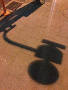 道路に落ちた標識の影の写真