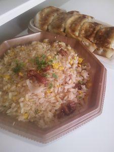 セブンイレブンの炒飯と餃子の写真