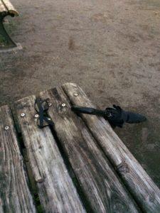 公園に落ちていたサングラスと傘の写真