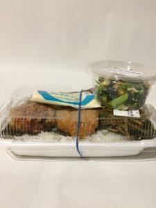 ほっともっとの特のりタル弁当と小松菜と油揚げの和え物の写真