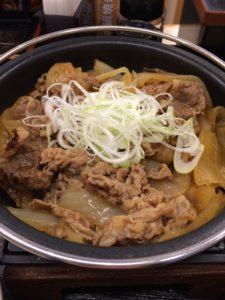 吉野家の牛の鍋焼き定食の写真