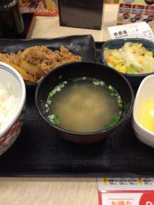 吉野家の牛皿定食とお新香の写真