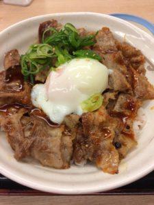松屋のお肉たっぷり新作焼き牛めしの写真