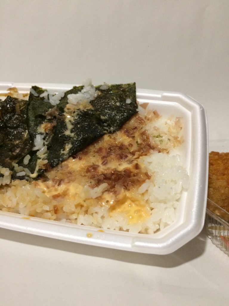 ほっともっとのチーズおかか特のりタル弁当の海苔の下の写真