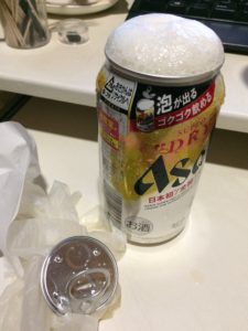 アサヒスーパードライ生ジョッキ缶が吹きこぼれた写真